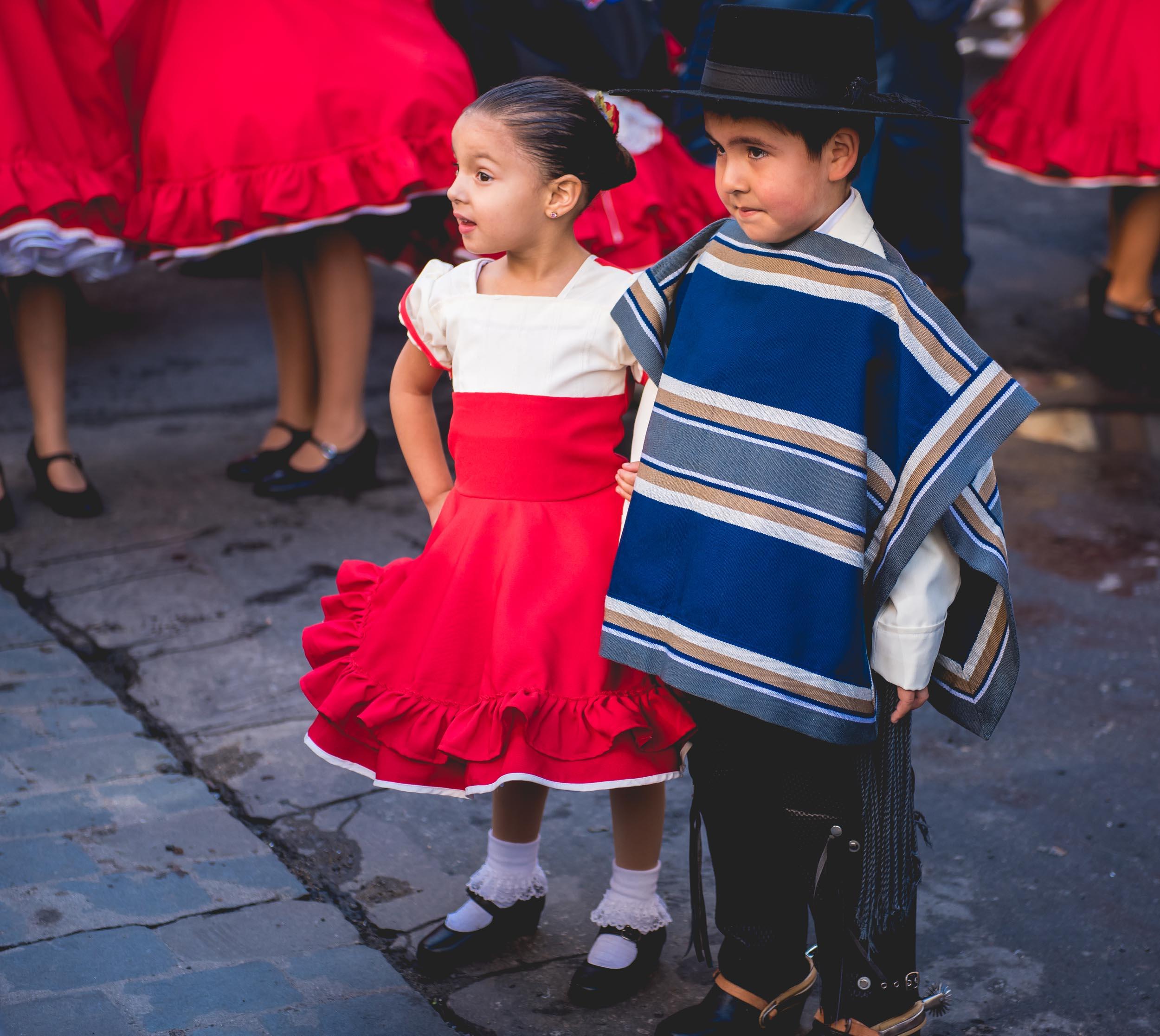 Enseñar las tradiciones a los niños contribuye a su identidad y autoestima